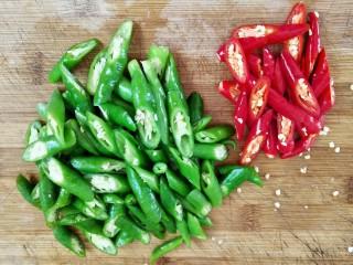 双椒鸭胗,青红椒切成小段