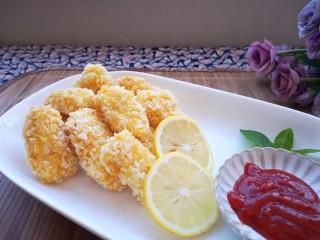 番茄沙司巴沙鱼排,装盘,摆上两片柠檬片和小绿叶装饰。摆一碟番茄沙司蘸着吃,味道棒棒哒!