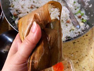 广味蛋黄大肉粽,有些粽叶可能比较短 盖不到头