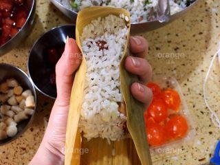 广味蛋黄大肉粽,用手捏紧一下