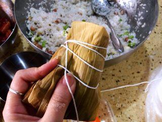 广味蛋黄大肉粽,用棉线把粽子捆上