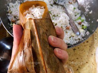 广味蛋黄大肉粽,把后面的粽叶盖上来
