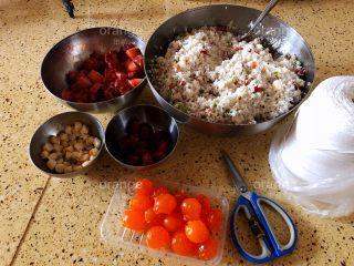 广味蛋黄大肉粽,红枣洗干净沥干水备用 不用泡 咸蛋黄我是提前剥好 冰箱冷冻上 随用随取比较方便 另外准备好棉线和剪刀一把 所有材料准备好就可以开工了