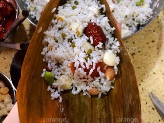 广味蛋黄大肉粽,再盖上一大勺米料 用勺子稍微压一压 让米紧实一些