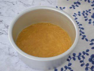樱花慕斯蛋糕,把拌匀的饼干放入六寸模具中压实,放入冰箱冷藏备用