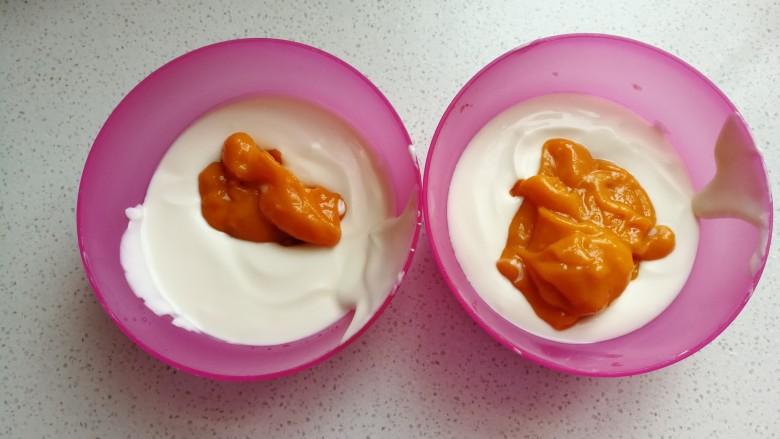 芒果酸奶雪糕,再把芒果泥分别加入到两份一样多的酸奶糊中,芒果泥一份加入少一点,一份加入多一点。