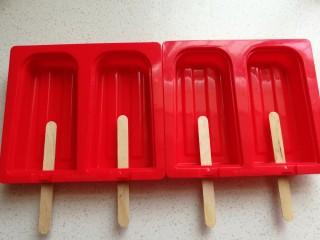芒果酸奶雪糕,硅胶雪糕模具提前消毒后插上雪糕棍儿。