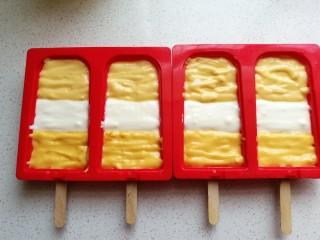 芒果酸奶雪糕,再如图交错着把三份酸奶糊挤入硅胶雪糕模中。