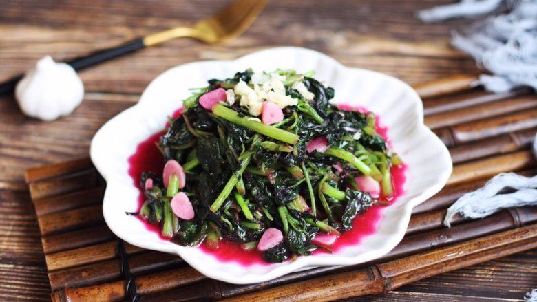 蒜蓉苋菜,将另外一部分的蒜蓉撒在苋菜的表面,吃的时候拌一下,蒜香浓郁的炒苋菜就可以吃了。 炒出来的蒜瓣也被染成了粉色的,颜色格外诱人。