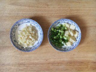 蒜蓉苋菜,准备两小碟的佐料,左边的是蒜蓉,用于炒熟菜以后放入的,右边的是炝锅用的葱花和蒜片。