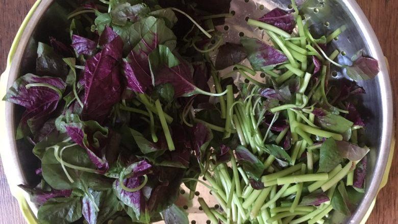 蒜蓉苋菜,切好后将苋菜的叶子和茎的部分着存放,炒菜时先炒茎的部分,然后再炒叶子,因为叶子熟的快。