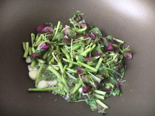 蒜蓉苋菜,放入苋菜的茎,翻炒片刻。