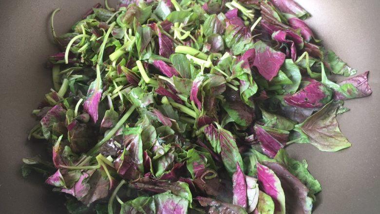 蒜蓉苋菜,再放入苋菜的叶,翻炒均匀。