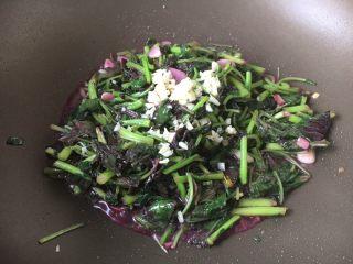 蒜蓉苋菜,撒上其中一部分的蒜蓉,翻炒均匀即可。