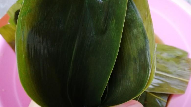 水晶粽,取两片叶子叠起来折个窝,用左手虎口捏紧