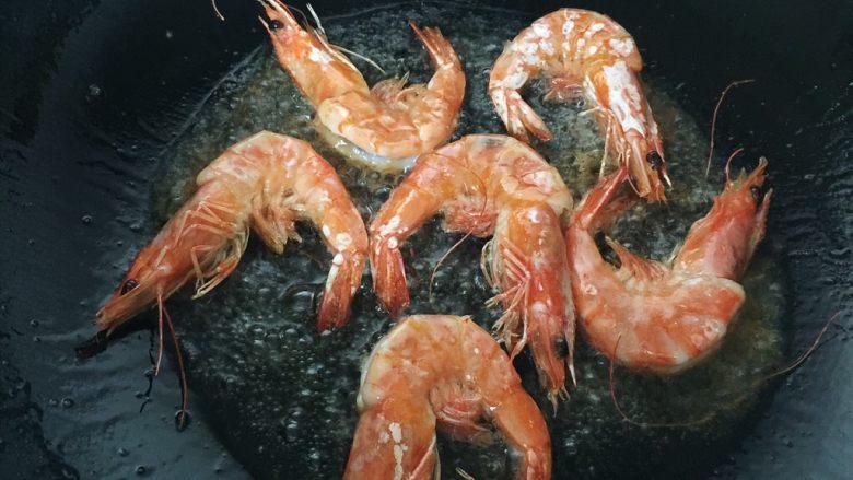 避风塘炒虾,尽量炸透,虾壳炸脆