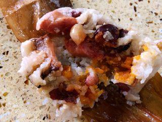 广味蛋黄大肉粽,咸肉香肠的也好好味~~