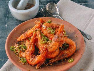 椒盐虾,起锅装盘。