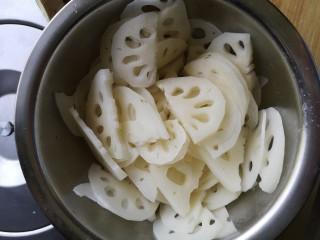 凉拌脆藕,中间切开 然后切薄片