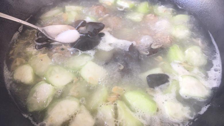 丝瓜丸子汤,放入适量的盐调味。