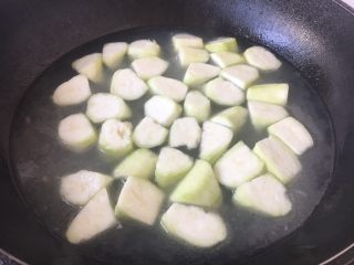 丝瓜丸子汤,放入切好的丝瓜块,煮开。