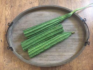 丝瓜丸子汤,首先需要将丝瓜清洗干净。