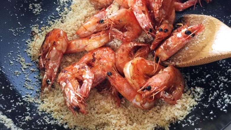 避风塘炒虾,虾倒入,翻炒几下,让虾身粘上点面包糠,就可以出锅了