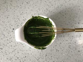 抹茶蜜豆恐龙蛋,用小号手动打蛋器搅拌均匀。