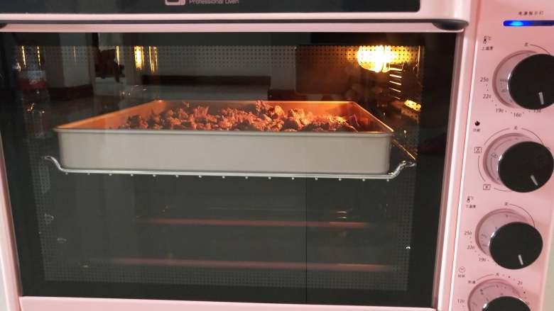 五香牛肉干, 烤箱预热150度!烤盘放入中层,上下火烤大概两个小时!中间要拿出来翻几次面!让牛肉干受热均匀(牛肉干的软硬依照自己口味!我用了大概两个小时,喜欢吃稍微软一些的,可以适当缩短一些时间)