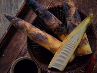 承味你吃过一百种油焖笋,也抵不上这一款,1. 将笋拍破再切寸断,煮沸水后放入笋焯水。焯水后将笋捞出沥干。