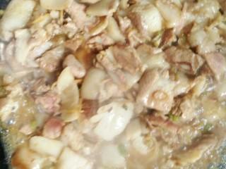 菜花炒肉,倒入油,葱姜蒜爆香后放入肉,放十三香盐翻炒