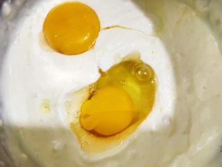 蔓越莓酸奶芝士条,加入一个全蛋和一个蛋黄打发均匀