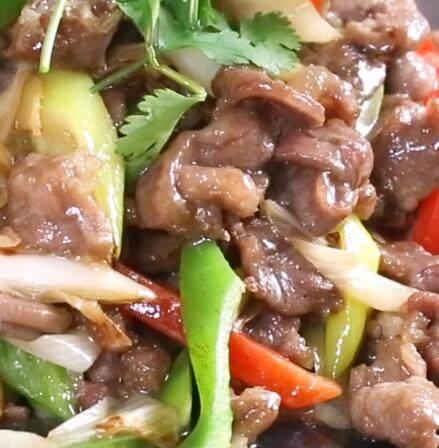 葱爆羊肉,放入红椒条和绿椒条后 炒熟出锅