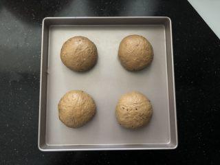 亚麻籽红糖黑麦软欧包,12、有间距的码入烤盘中,盖上保鲜膜进行二次发酵。