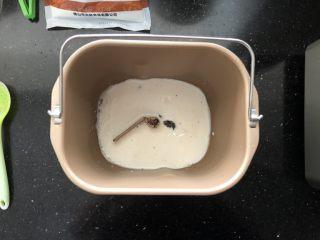 亚麻籽红糖黑麦软欧包,1、把主面团中的牛奶、红糖、盐依次放入面包桶中,搅拌至红糖和盐完全溶解。