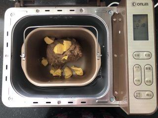 亚麻籽红糖黑麦软欧包,4、待面粉基本上揉成面团放入黄油继续和面功能。