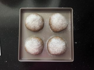 亚麻籽红糖黑麦软欧包,13、二发好的面团均匀的筛上一层薄薄的黑麦粉。