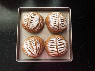 亚麻籽红糖黑麦软欧包,16、成品上色效果很均匀。