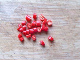 凉拌木耳,小米椒洗净切圈备用。