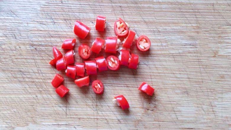 凉拌木耳,<a style='color:red;display:inline-block;' href='/shicai/ 82'>小米椒</a>洗净切圈备用。