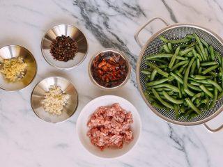 干煸四季豆, 剪掉豆角的两个角,然后把它们切成两半 。洗干净后沥干备用。