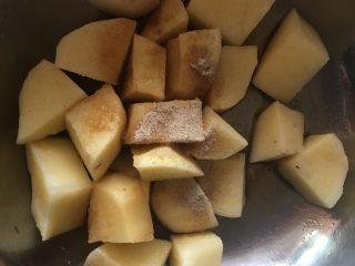 粉蒸排骨,土豆切块加入盐、生抽、胡椒粉,拌匀