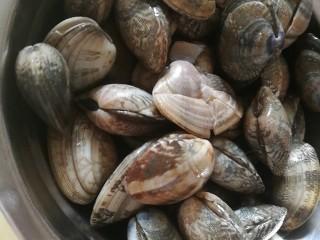 去湿化瘀,丝瓜花蛤汤,花蛤泡水,加一小勺盐,泡一小时以上,吐沙