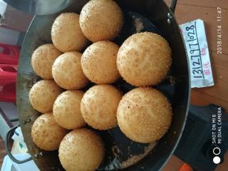 早餐空心小麻球,馅心可以自己制作豆沙馅,或者购买自己爱吃的口味馅心。还有就是用100克糖,加20克黑芝麻和一点面粉,做糖馅。