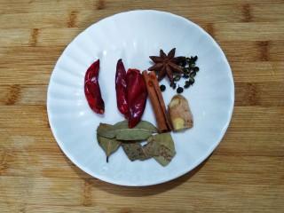 五香盐水煮毛豆,准备配料如上图八角,香叶,桂皮,花椒,生姜,干辣椒。