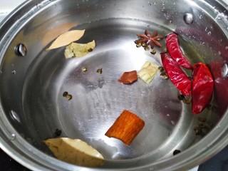 五香盐水煮毛豆,锅里倒适量的清水,生姜拍破,所有配料放进锅里,然后开火。