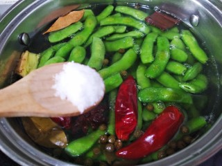 五香盐水煮毛豆,放适量的盐搅拌均匀煮20分钟