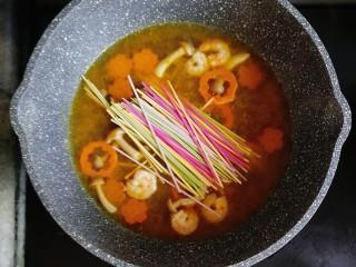 宝宝辅食—咖喱时蔬鲜虾面,煮至咖喱块融化后,倒入适量的蔬菜面