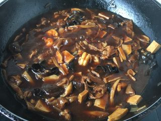 打卤面,淋入1勺的花椒油提鲜即可。