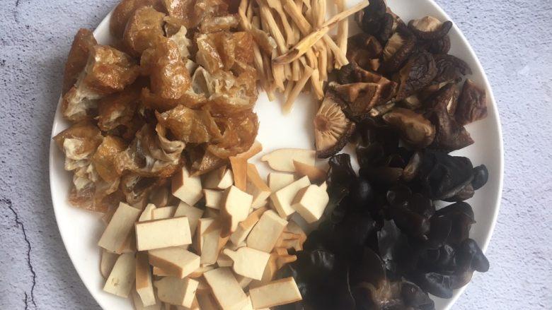 打卤面,面筋切成小块,香干切成小块,木耳撕成小片,香菇切成小块,花菜切成寸段。